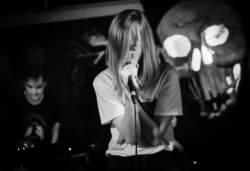 15/03/2016 : WHISPERING SONS - Whispering Sons is a young blonde woman who exorcises her demons on a stage, accompanied by a dark and often danceable soundtrack made by passionate musicians.
